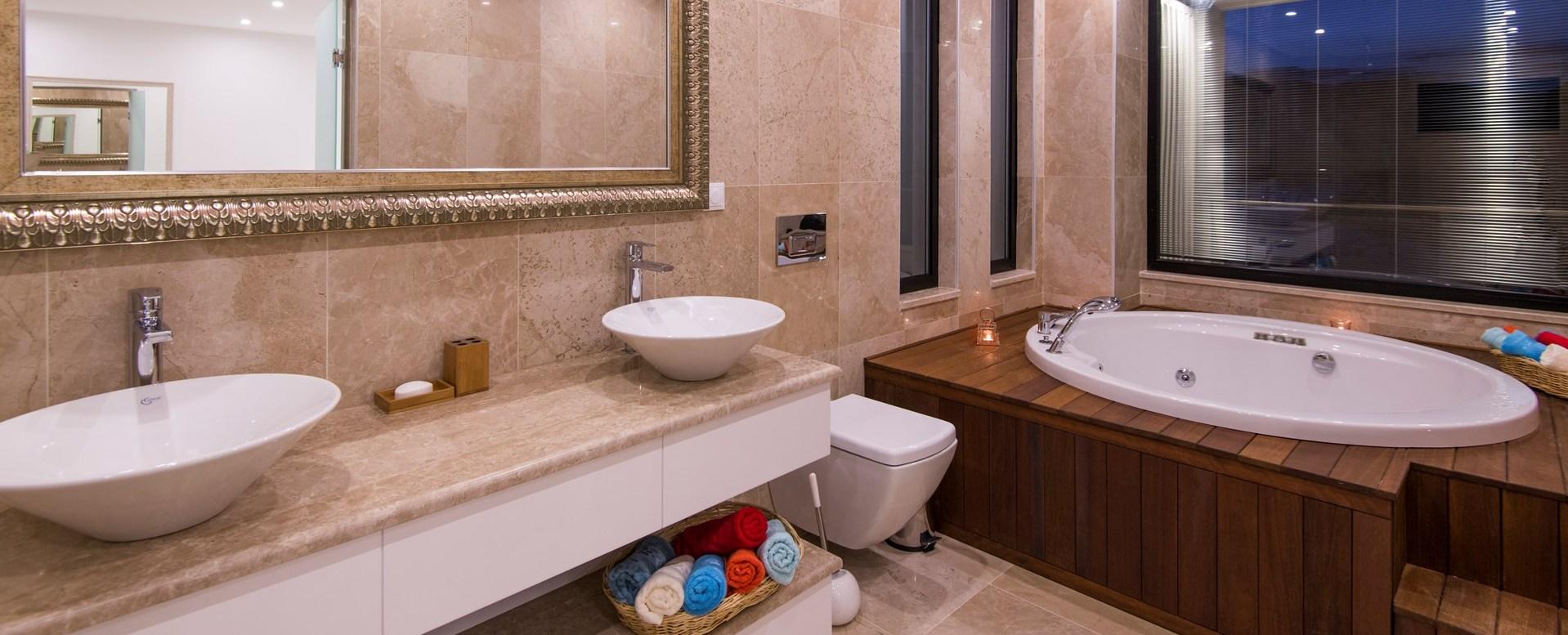 villa-kalamar-jacuzzi-bathroom