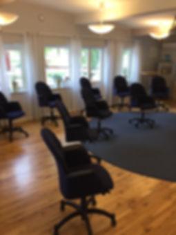 Trygg konferenssittning i tider av Corona i stora konferensen på Milgården i Romeleåsen. Ringar utan bord. Sittning.