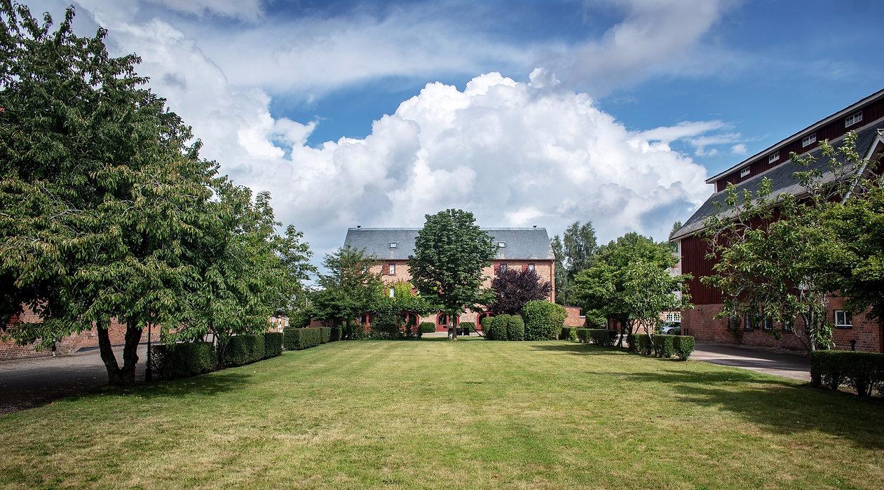 Milgården Magasinet med stor gräsmatta utanför både Campus och Logen