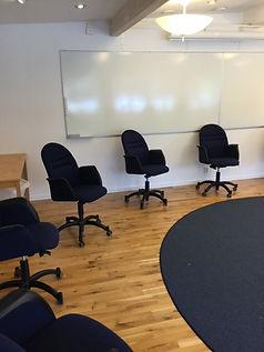 Trygg konferenssittning i tider av Corona i stora konferensen på Milgården i Romeleåsen. Ring utan bord. Sittning.