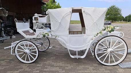 weiße Hochzeitskutsche mit geschlossenem Dach