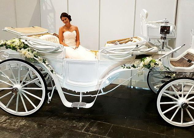 Weiße Hochzeitskutsche mit Braut