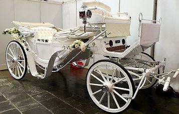 weiße Hochzeitskutsche mit Blumenschmuck