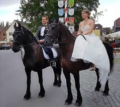 Brautpaar auf Pferden