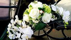 Blumenschmuck an Hochzeitskutsche