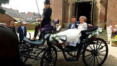 Viktorianische Hochzeitskutsche vor der Kirche
