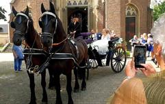 Historische Hochzeitskutsche vor Kirche