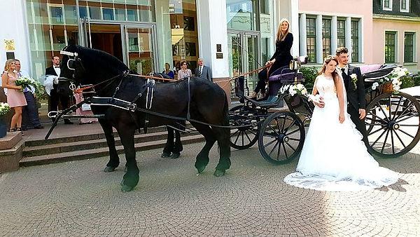 Historische Hochzeitskutschemit Brautpaar vor Standesamt
