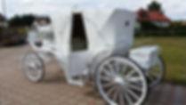weiße Hochzeitskutsche geschlosen
