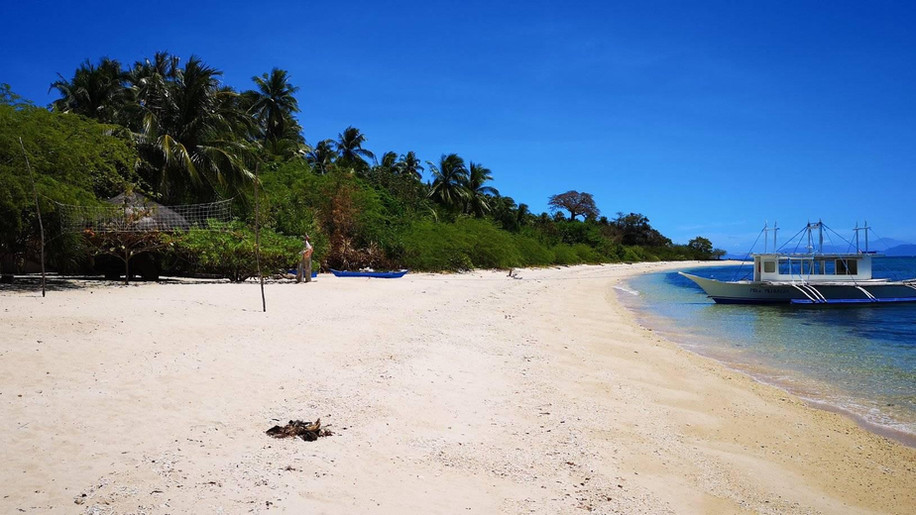 pili-beach-resort-blue-water-corail-boat
