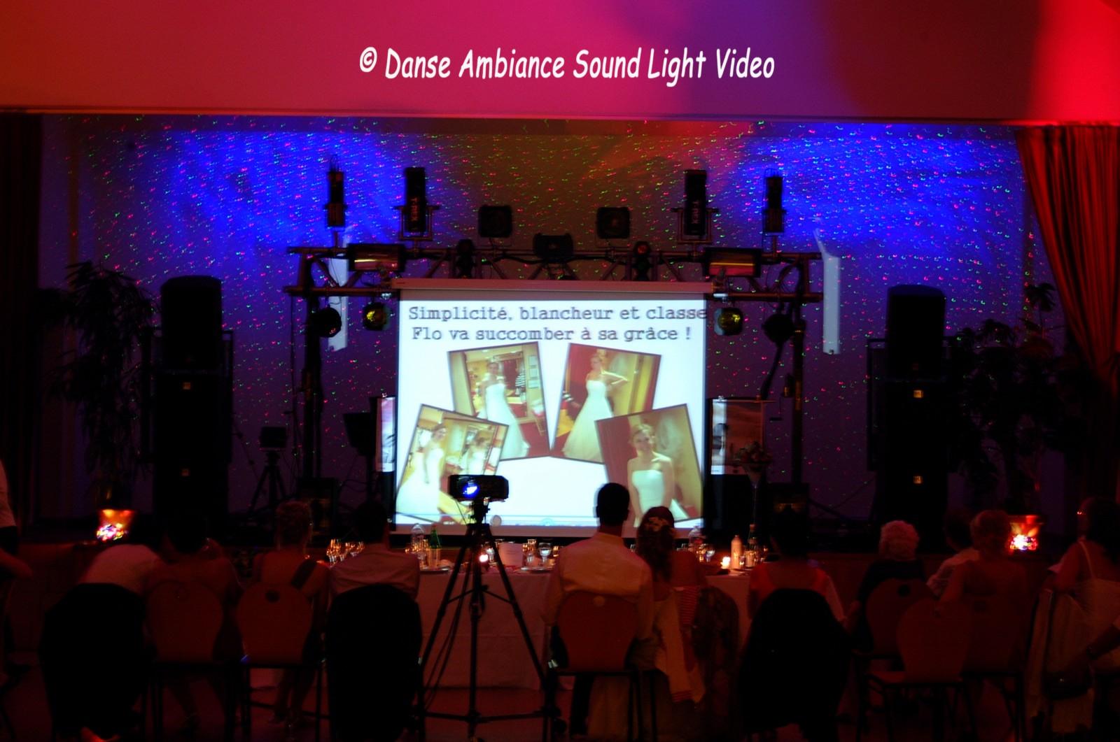 Ecran dressé sur le pont devant la régie projection frontale et projecteur posé sur tripod avec doll