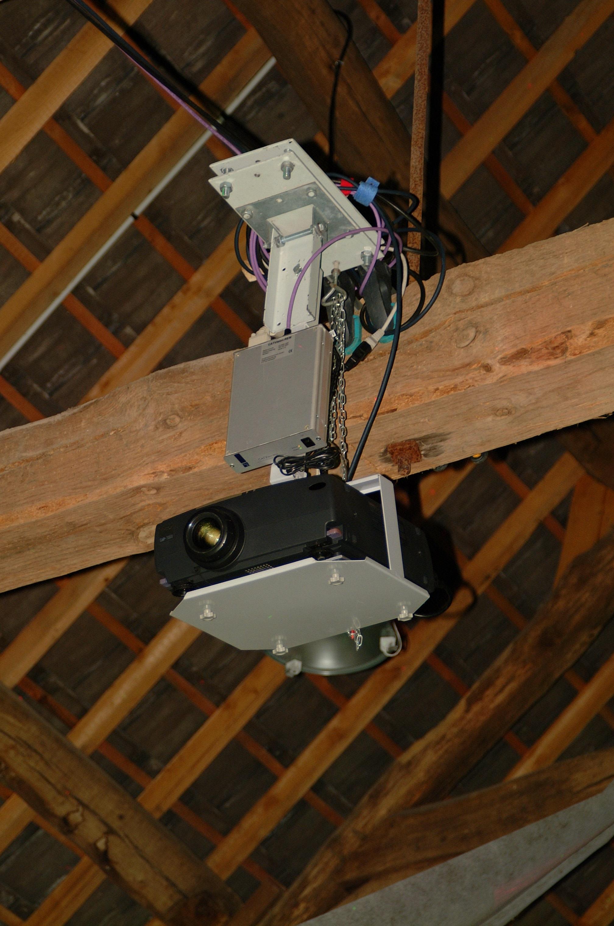 Projecteur suspendu sur potence