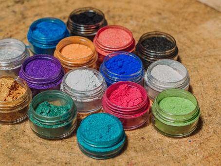 ¿Con que se puede dar tonalidades y efectos a la resina epóxica?