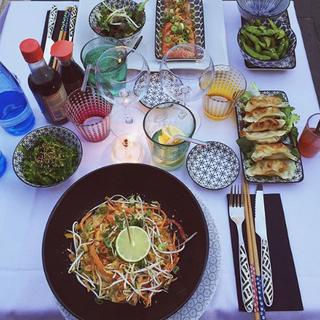 Pad thaï végétarien, Gyoza, Salade Wakame, Edamame, Sashimi arrangé