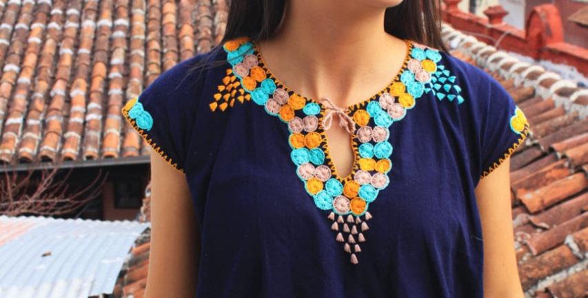 Blusa con bordado artesanal