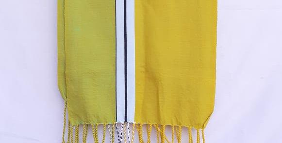 Bufanda amarilla en telar de pedal