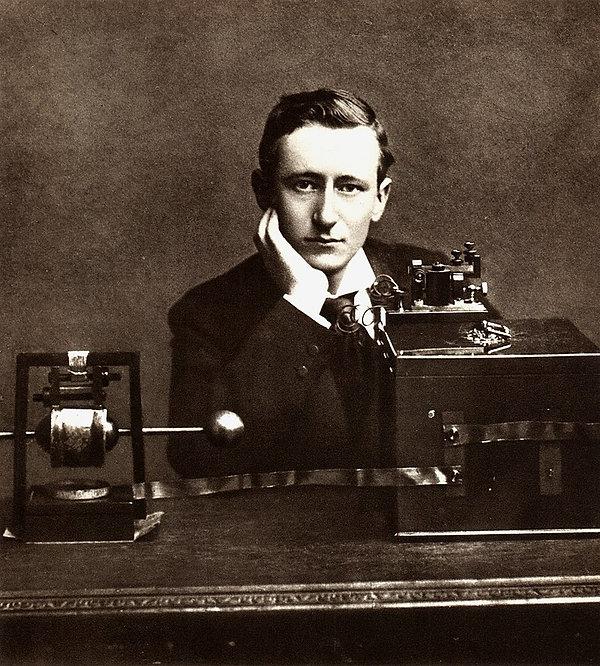 800px-Guglielmo_Marconi_posing.jpg