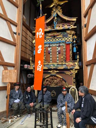 כרכרה במחסן להגנה מפני הגשם פסטיבל האביב טקיאמה