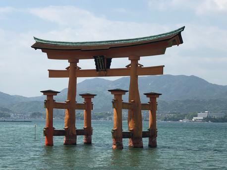 בשעת הגאות הטורי הגדול במים Miyajima