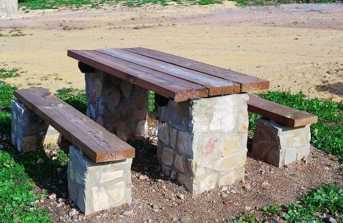 Mesa de piedra y madera