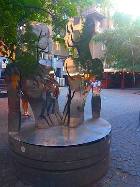 Скульптура закоханих на Хрещатику.jpg