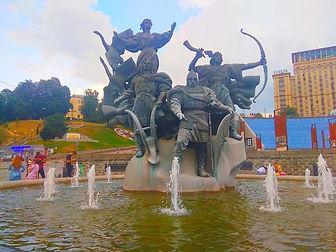 Майдан. Пам'ятник братам-засновникам міста.jpg