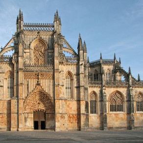 Are you visiting Portugal? 🇵🇹  YOU definitely don't want to miss visiting  the Batalha Monastery