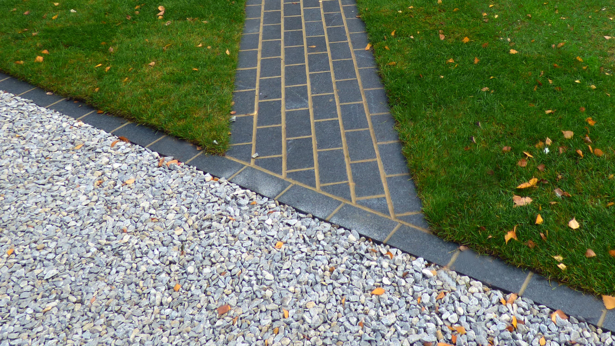 Core gravel drive with Kent ragstone chippings and edged with Rock Unique sawn granite setts