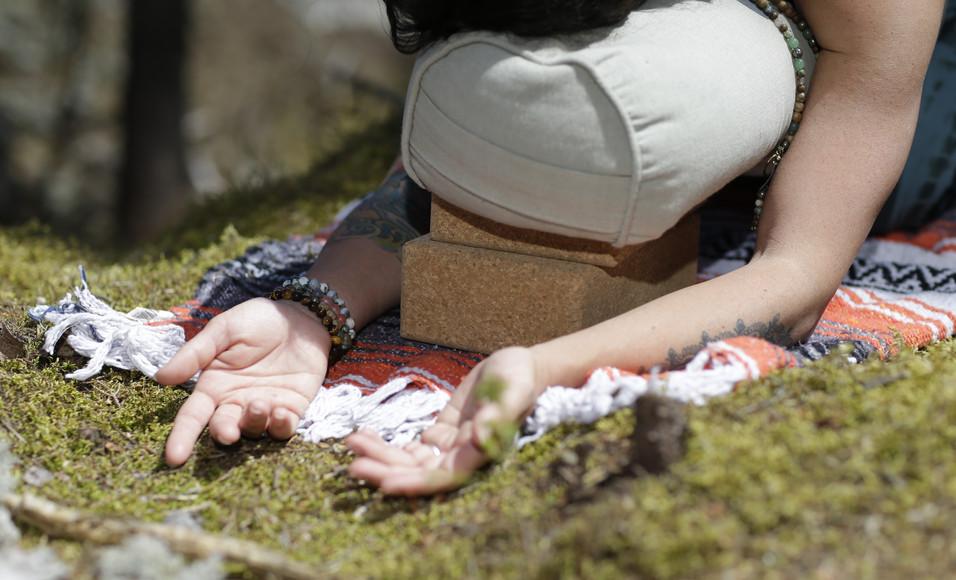 Posture de l'enfant supportée en forêt