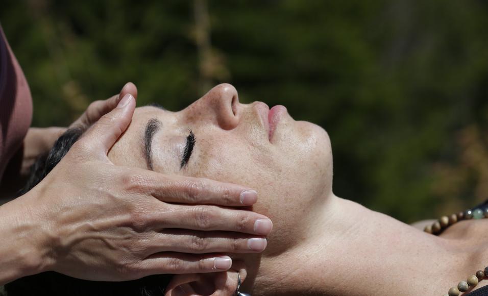 Touché thérapeutique au visage