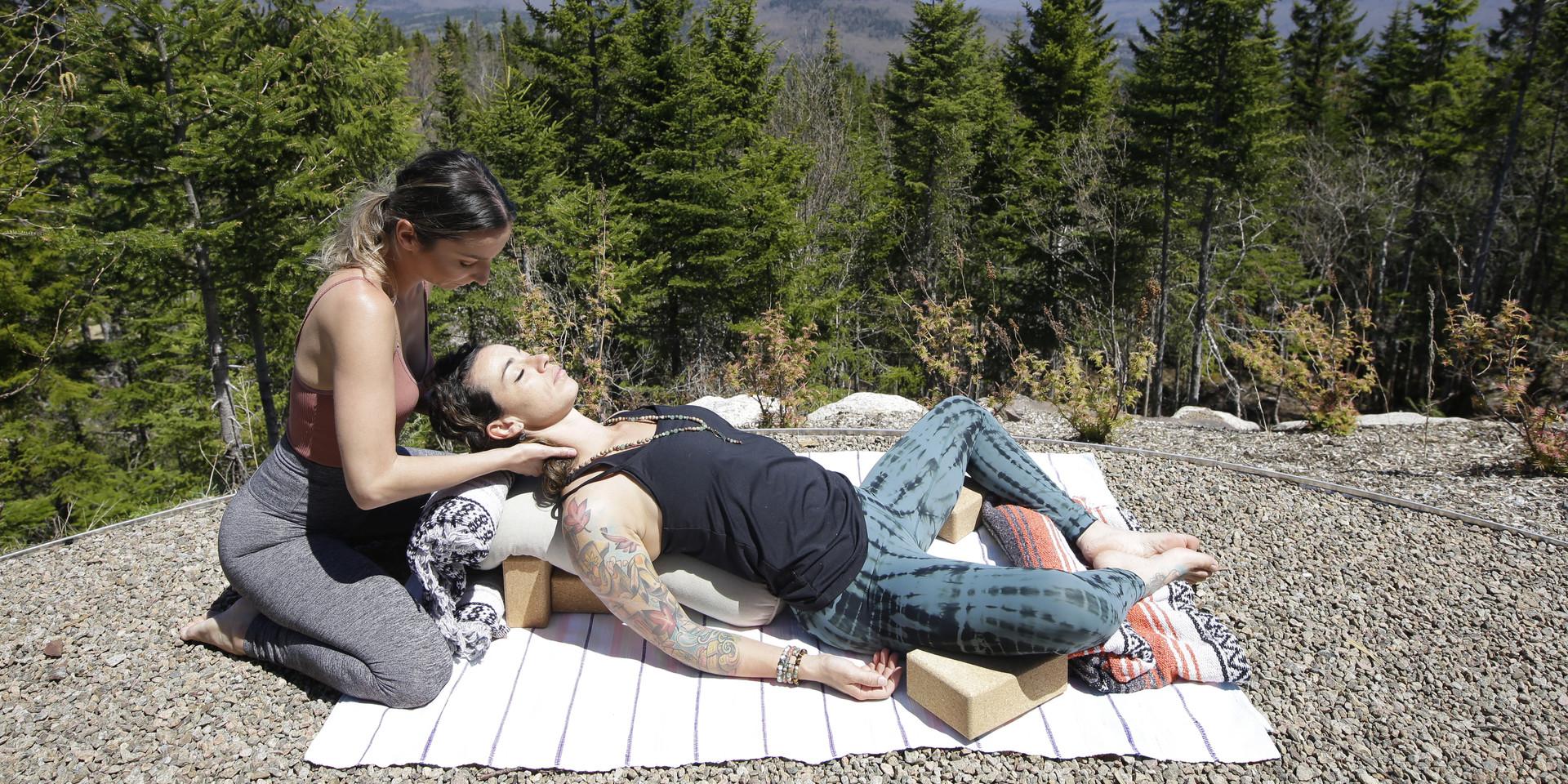 Posture du papillon supporté en yin yoga restaurateur