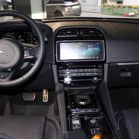 Jaguar innen Armaturenbrett.jpg