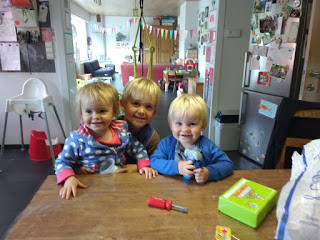 foto aangekregen tijdens het ontbijt, de kids missen ons blijkbaar niet. Oma's aan de top!