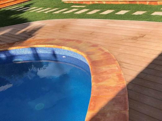 Peldaños_de_barro_piscina.jpg