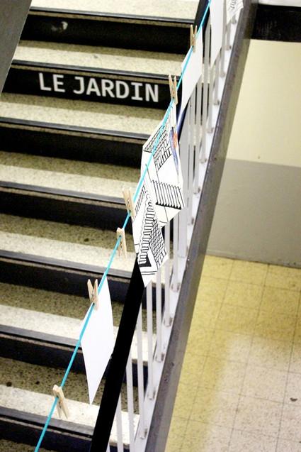 6 AVRIL 2018 - INSTALLATION DU JARDIN AU PREMIER ÉTAGE / Installation de cordes à linge au fil des étages qui permettent de partager avec les habitants des photos d'installation, des gazettes. Un fil d'ariane du projet qui guide les curieux de palier en palier.