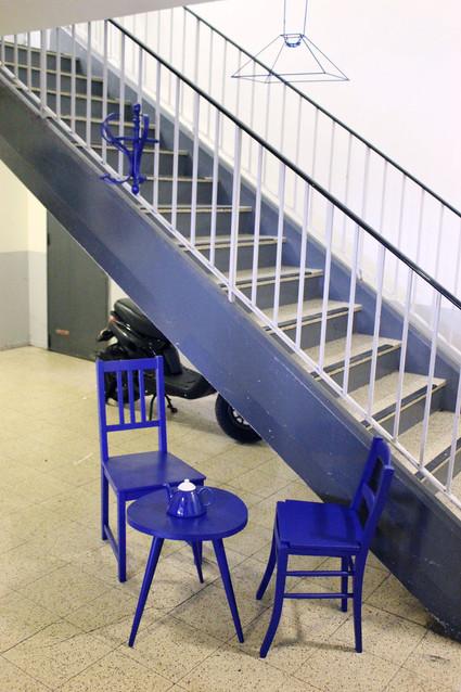 """26 JANVIER 2018 - INSTALLATION DU SALON DANS LE HALL / Questionner l'usage possible des espaces communs. C'est par le monochrome bleu que nous avons décidé d'uniformiser les objets de notre installation pour faire signal dans l'espace.  Cette expérimentation nous pousse à réfléchir à la manière de créer une esthétique des """"communs""""."""