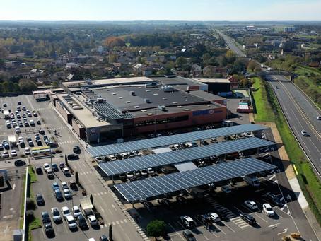 Le Super U de Vivonne s'équipe d'ombrières photovoltaïques