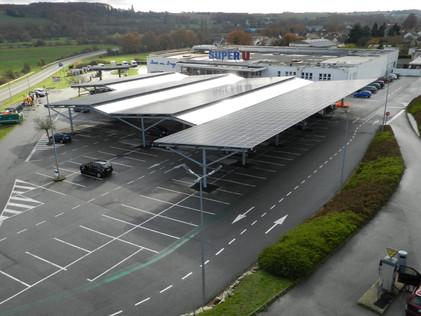 Autoconsommation : TRIANGLE HORIZON réalise des ombrières de parking solaire pour le Super U de Bess