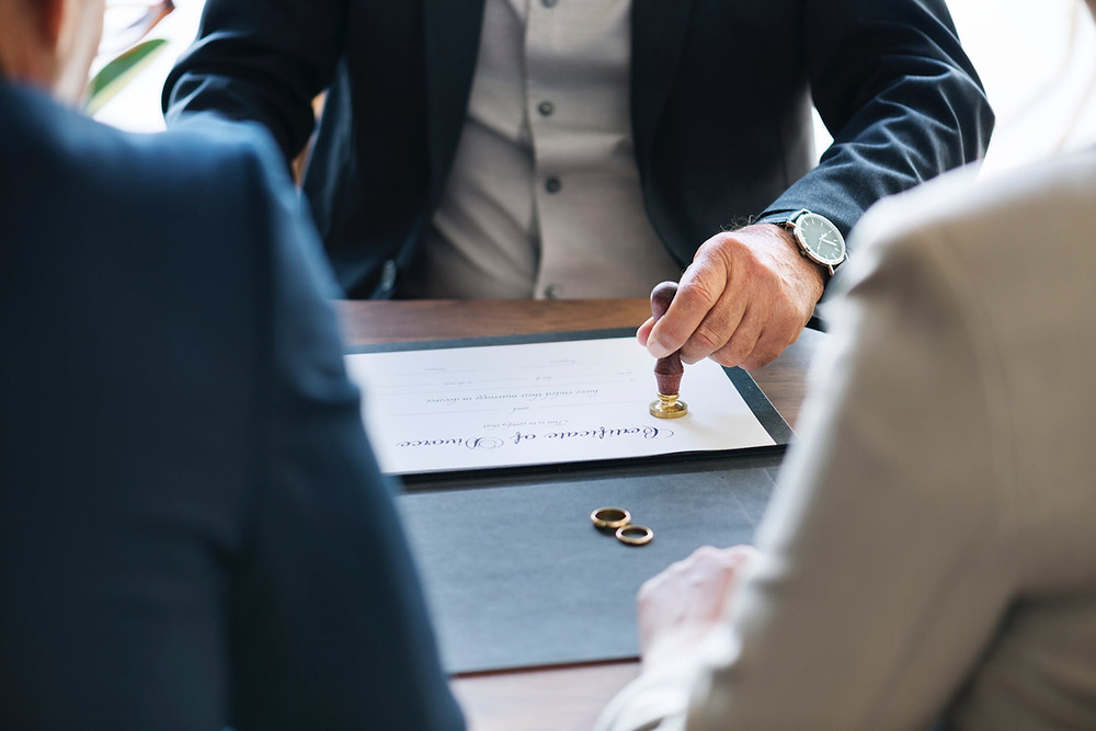 Fazer o divórcio em cartório pode ser uma saída para os casais que queiram se divorciar de forma rápida.