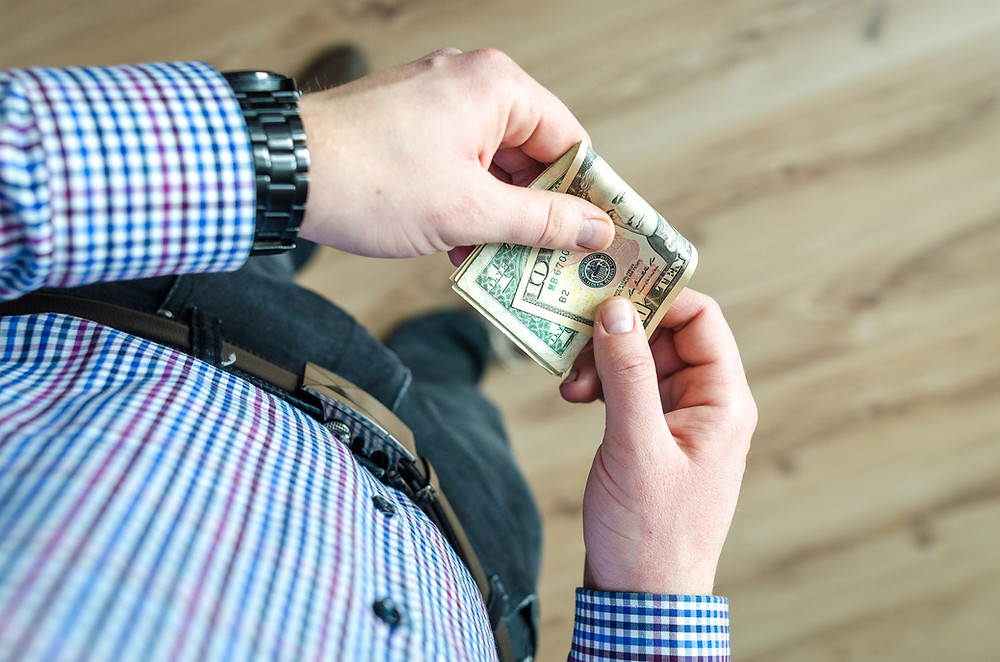 Pensão em atraso pode acarretar em prisão se não for paga. Beneficiários podem buscar auxílio jurídico para conseguir o pagamento.