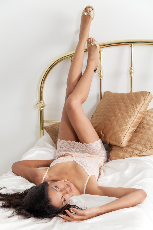 StudioR Boudoir, Santa Cruz: Bed with gold cushions