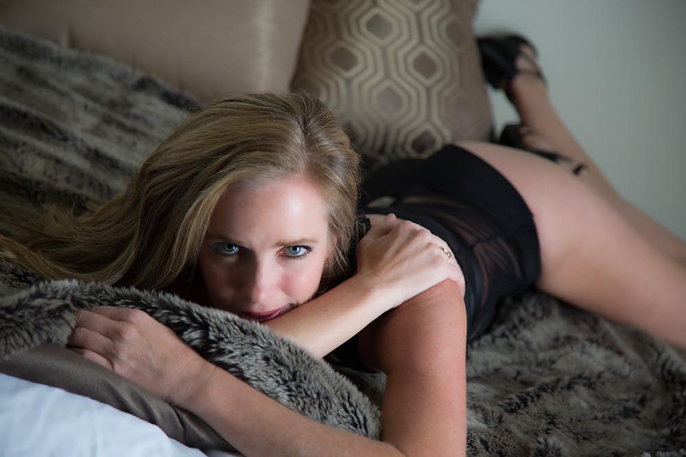 mature boudoir model, studior boudoir santa cruz, lingerie, bed