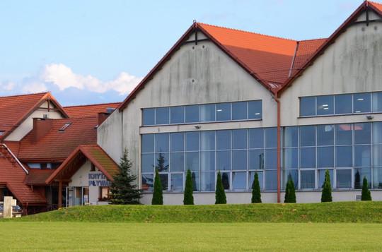 Radosna Nowina, widok na basen i halę sportową