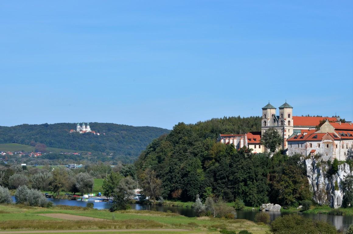 widok na dwa klasztory