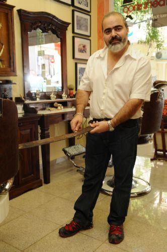 Ο Βασίλης Θεοχάρης προετοιμάζει το ξυράφι του για ένα ξύρισμα… α λα αγγλικά.