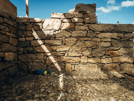 Freistehende Kalksteinmauer Nürensdorf