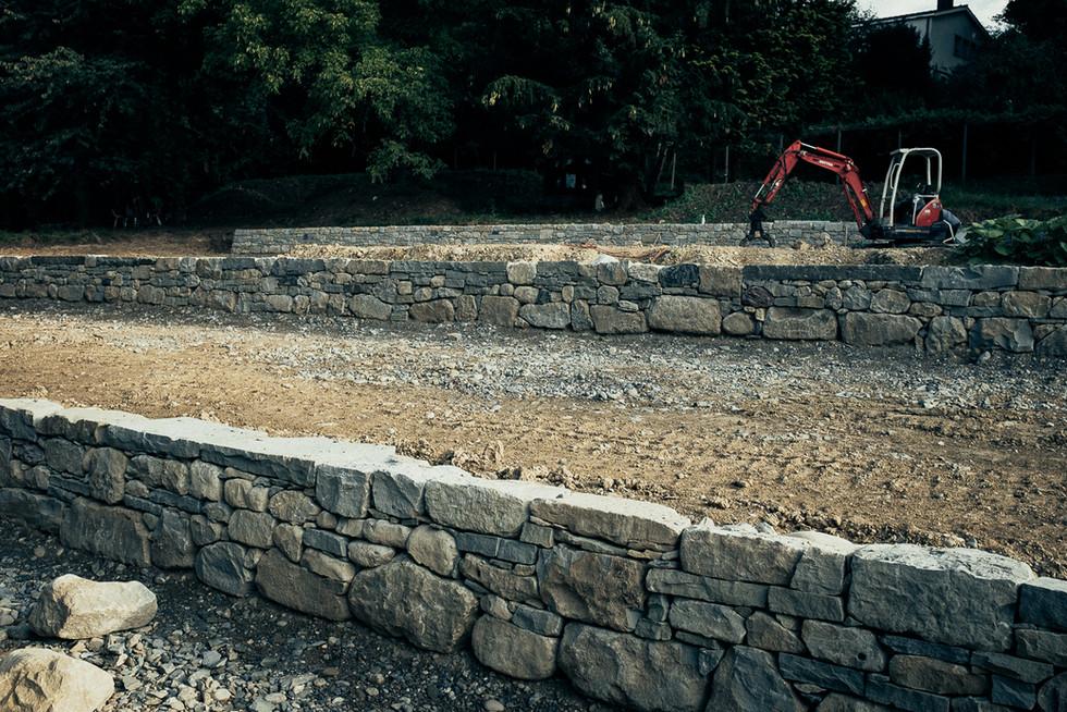 Ansicht der drei Trockenmauern aus Sandstein