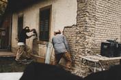 Pascal und Fernando beim Entfernen des Zementputzes