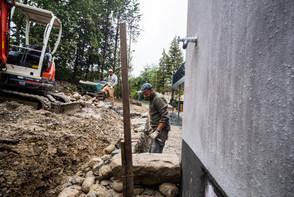 Lukas vorne und Fernando beim Aufbau der Trockenmauer