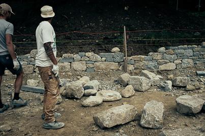 David und Fernando beim Aufbau der Trockenmauer